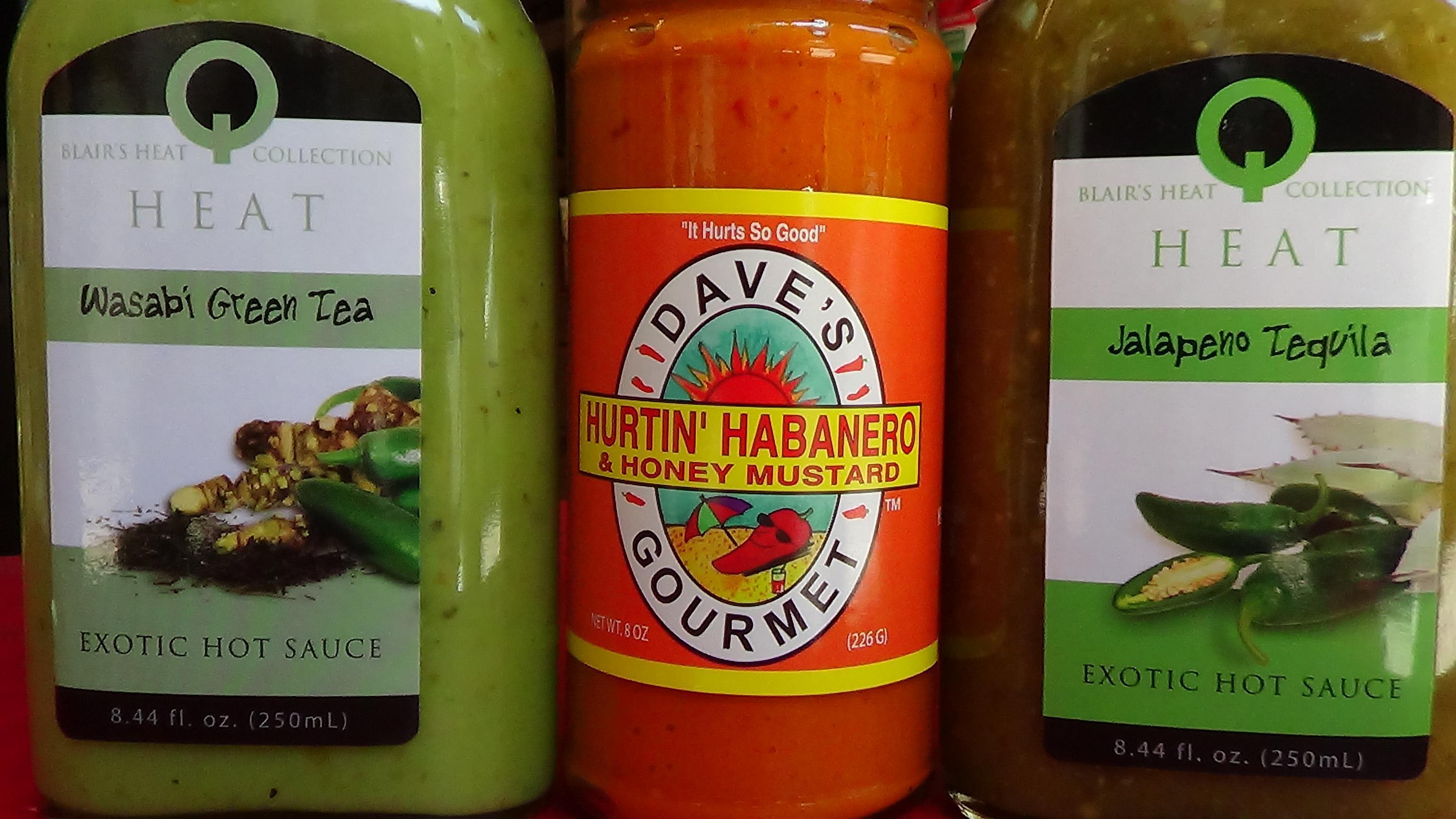 Τα καυτερά παίζουν πρωταγωνιστικό ρόλο στα ράφια του. Καυτερές σάλτσές από wasabi και πράσινο τσάι, jalapeños και τεκίλα και Hurtin Habanero με γλυκιά μουστάρδα.